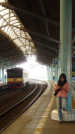 Passenger waiting at Juanda Station.JPG