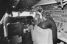 La Prezidentedzino-Frapeto Nixon sidante en la pilotejo de la unua reklamvideo 747 dum la baptoceremonio en 1970