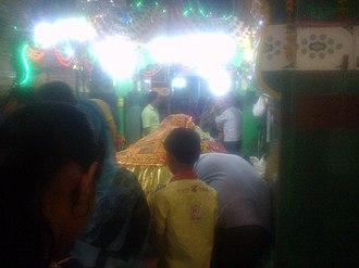Hazrat Turabul Haq Dargah - Image: People waiting for turn