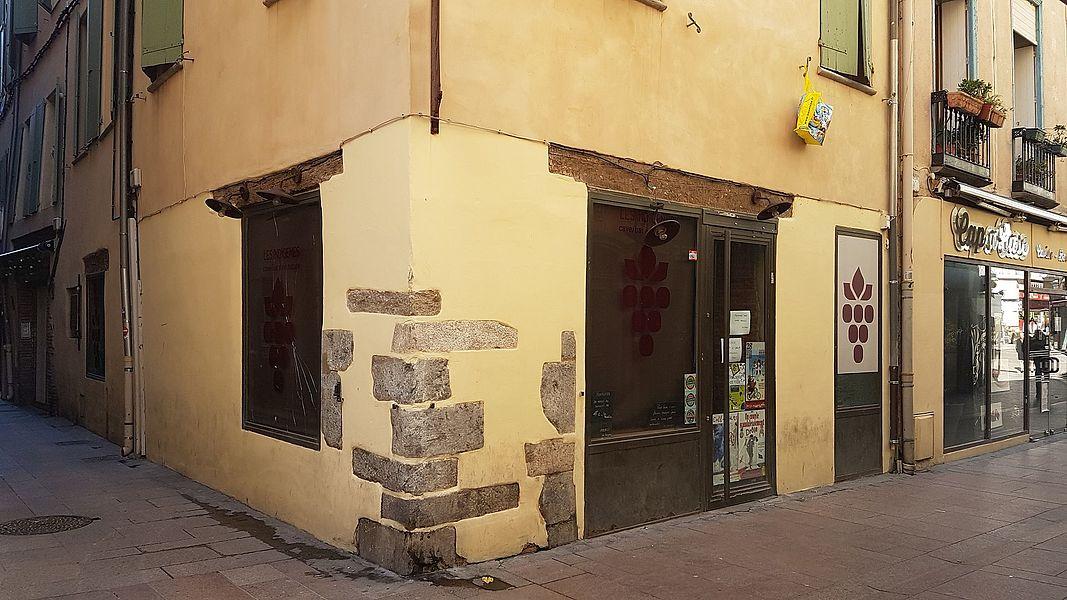 Coin des Rues de la Cloche d'or et de la Poissonnerie à Perpignan, avec le bar Les Indigènes