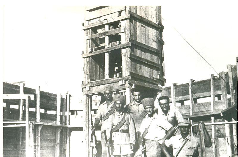 נוטרים ופועלים ליד עמדת שמירה