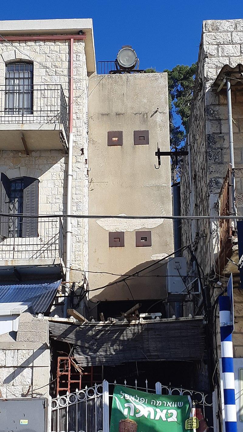 עמדת הפרוז'קטור מול מדרגות עולי הגרדום