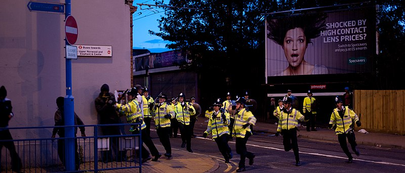 Fichier:Police charging in Pitlake, Croydon, during 2011 riots.jpg