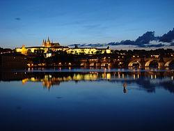 Castelo de Praga acima do rio Vltava ao entardecer