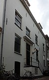foto van Statig hoog oprijzend huis gepleisterd met hoog zadeldak