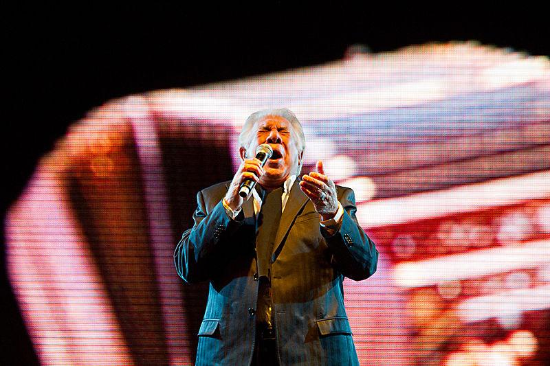 File:Raúl Lavié cerró el Festival de Tango (7873568222).jpg