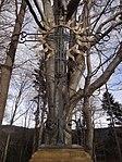 Raspenava - Luisin sluneční kříž na úpatí Pekelského vrchu, v pozadí památný Sluneční buk (4).JPG