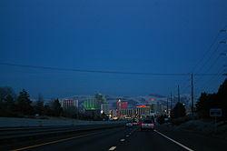 Crépuscule vue sur une autoroute descendant dans un paysage urbain éclairé au néon