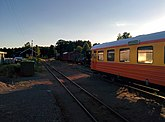 Fil:Restaurangvagnen URYP 1793 i skymning vid Virserums station längs smalspåret Växjö-Västervik.jpg