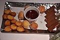 Restaurant Le Jardin des Sens Madeleines, beignetkager med hindbærsauce og chokolade med citron (5480974973).jpg