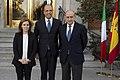 Sáenz de Santamaría y el ministro del Interior reciben al vicepresidente del Consejo de Ministros y ministro del Interior del Gobierno de Italia. Pool Moncloa. 25 de noviembre de 2013.jpeg