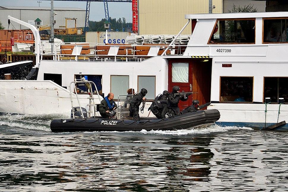 SEK-Einsatz vom Schlauchboot (10584688934)