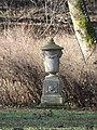 Schlosspark Nennhausen Vasenskulptur.jpg