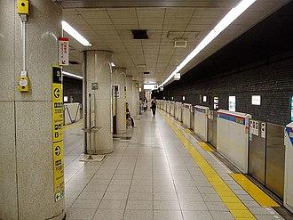 Sengoku Station - The station platforms