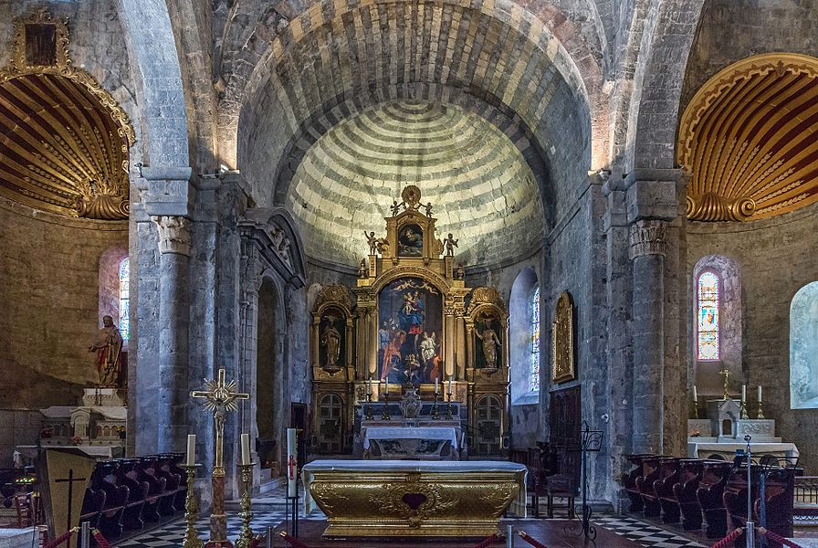 Cathédrale Notre-Dame-des-Pommiers de Sisteron, intérieur, de proche en plus éloigné: autel-tombeau en bois doré, maître-autel en marbre polychrome et retable en bois doré, tous trois classés M.H.