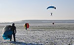 Skoki sylwestrowe sekcji spadochronowej Aeroklubu Gliwickiego, Gliwice 2017.12.30 (22).jpg