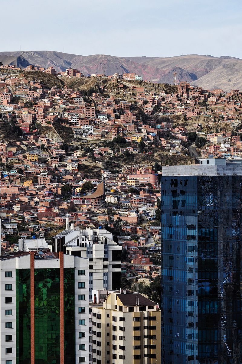https://upload.wikimedia.org/wikipedia/commons/thumb/d/d8/Slums_and_Skyscrapers_in_La_Paz.jpg/800px-Slums_and_Skyscrapers_in_La_Paz.jpg