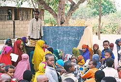 Koululaiset pakolaisleirillä. Sota ja nälkä ajaa lapset pois kotimaastaan.