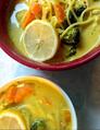Sopa de coco al curry con pollo y vegetales y pasta.png