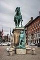 Statue (17449156062).jpg