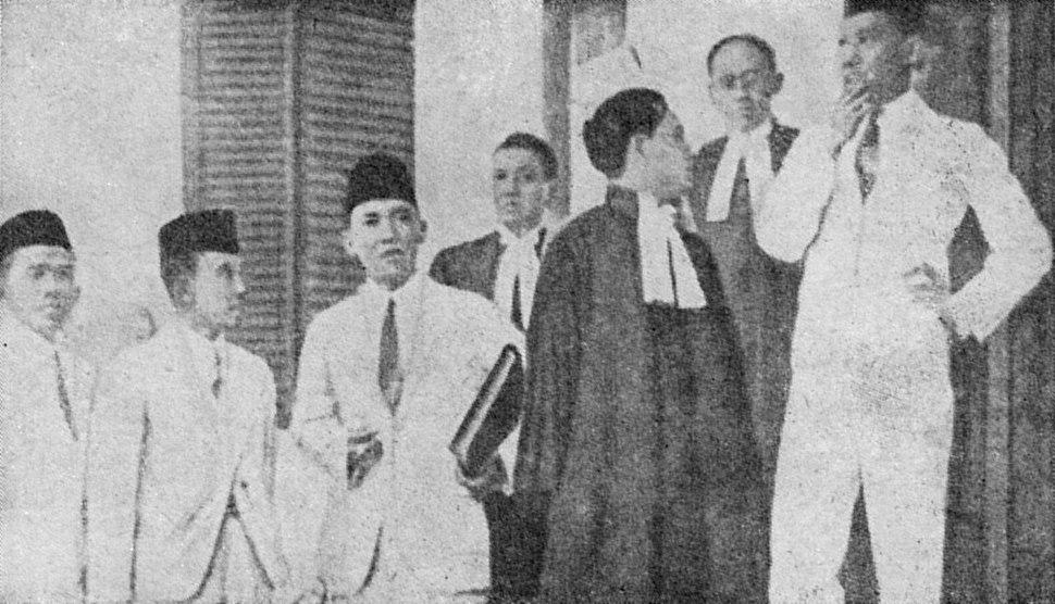 Sukarno and council in front of Bandung Court, Bung Karno Penjambung Lidah Rakjat 227