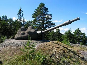 7.5 cm tornpjäs m/57 - Bofors 75 mm m/57 at Hemsö Fortress, Sweden. This gun is part of the Light Battery at Hemsö, preserved as a museum and memorial.