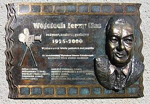 tablica pamiątkowa poświęcona W.Hasowi wmurowana w ścianę Wytwórni Filmów Fabularnych we Wrocławiu