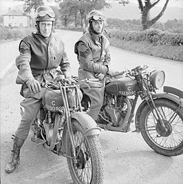 Freddie Frith (rechts) als sergeant bij de Infantry Driving & Maintenance School in Keswick.