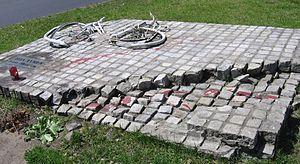 Bicicletas contra tanques (foto representativa, simbólica do massacre chinês). A bicicleta, partida ao meio e piso afundado são as trihas resultantes da passagem do tanque por lá