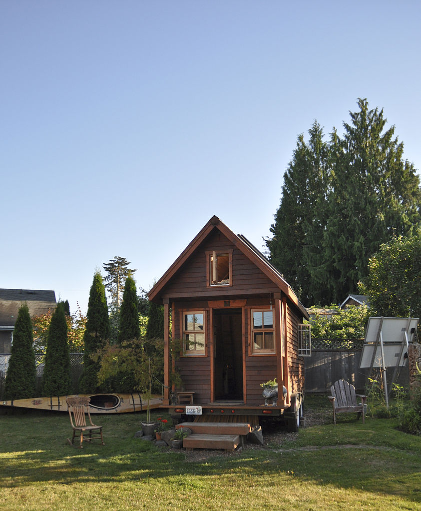 File tiny house in yard wikimedia commons for Tiny house movement nederland