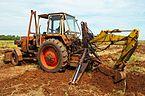 Tractor perforando la tierra para colocación de sistema de regadíos.jpg