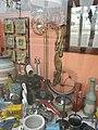Trenque Lauquen - Negocio de artesanías y decoración 2 negritas al lado de una carreta.JPG