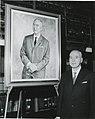 Valtionarkisto 1963. Prof. Yrjö Nurmio muotokuvansa ääressä. 18.11.1963. Kansallisarkisto.jpg