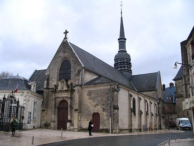 L'Église Saint-Nicolas, accolée à la mairie.