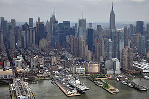 Vista arerea della USS Intrepid - porto di New York.jpg