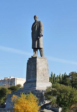 Памятник Роза из двух видов гранита Орлов Ваза. Габбро-диабаз Нефтекамск