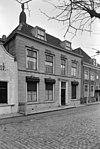 foto van Herenhuis van vier traveeën met dwars schilddak, dakkapellen met voluten, ingang met pilasters