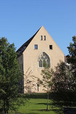 Vue de côté de l'abbaye Notre-Dame d'Yerres