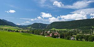 Val-de-Travers - Image: Vue du Val de Travers dans son écrin de verdure (Môtiers, le 20.07.2009)