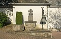 Wegkreuz und Glocke bei der Kapelle Breidfeld 01.jpg