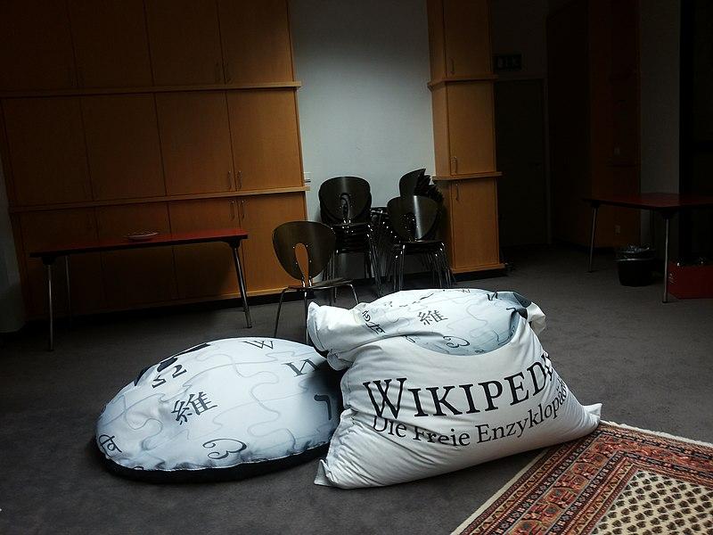 File:WikiCon 2014-Sitzsäcke (1).jpg
