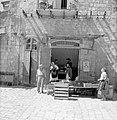 Winkel en voorbijgangers in de wijk Mea Shearim, Bestanddeelnr 255-2482.jpg