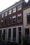 foto van Pand onder dwars schilddak met brede lijstgevel waarin vensters met geprofileerde dorpels en in de verdiepingen empire-ramen