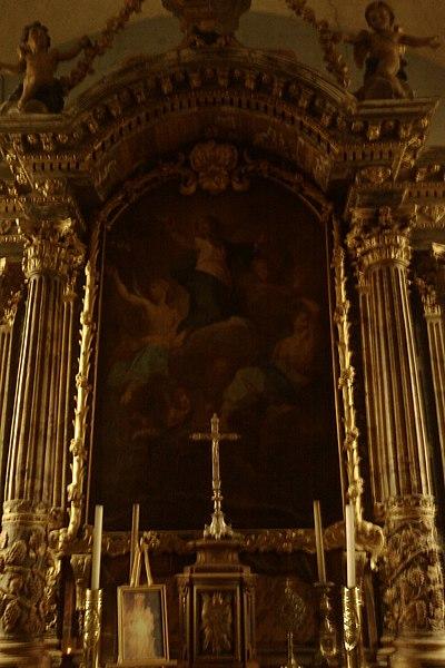 Le retable est à deux piédestaux, quatre colonnes cannelées à chapiteau corinthien, et six pilastres de style corinthien, surmontés d'une corniche.