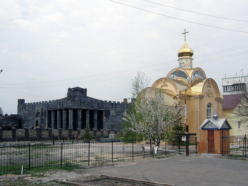 File:Клуб «Chateau Mistique» и Николаевская церковь.JPG