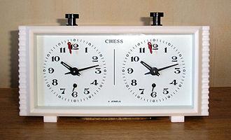 847c16ae5c5 Um relógio de xadrez do tipo analógico.