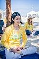 מתרגלת פאלון גונג מישראל יושבת במדיטציה על חוף הים בישראל.jpg