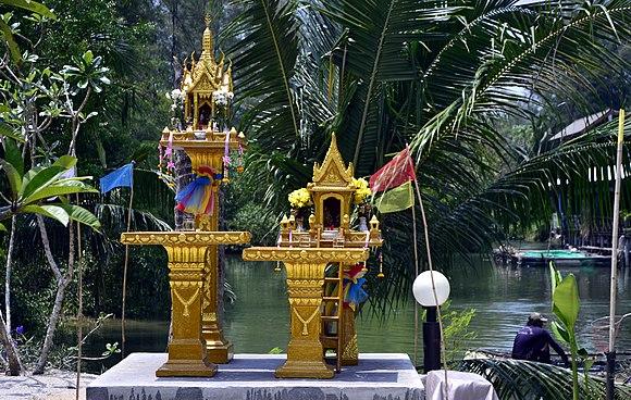 575fd9a00f6 Et sæt typiske åndehuse, der kan ses overalt i Thailand.