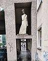 2020-05-26 Gemeindebau Anton-Schmid-Hof Female-Statue Traungasse.jpg