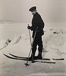 9992. Roald Amundsen på ski - no-nb digifoto 20150220 00145 bldsa RA alb001 014 (cropped).jpg